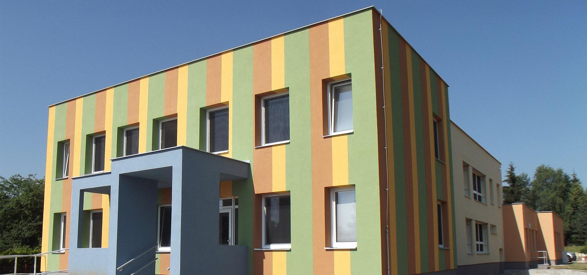 Barevná budova školy