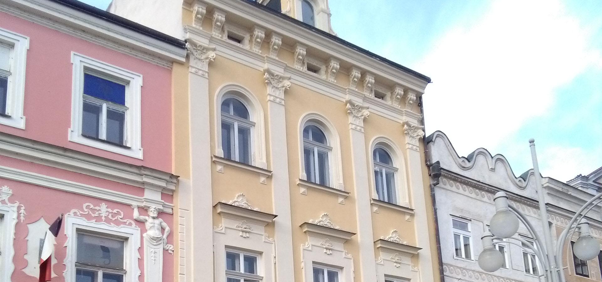Žlutá budova